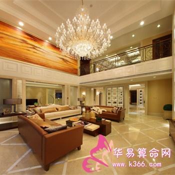 在装修客厅时,天花板吊顶材料的颜色要比地板和